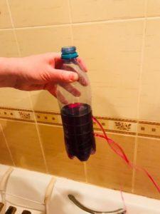 бутылка с окрашенной водой