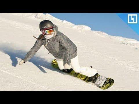 сноубордист катится по склону